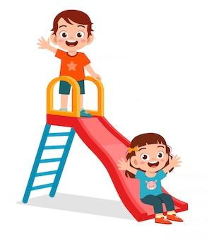 Feliz garoto bonito garoto e garota jogar slide juntos