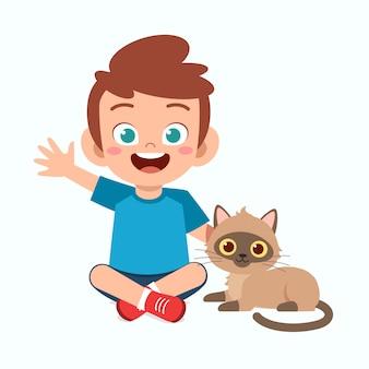 Feliz garoto garoto bonitinho brincar com gato de estimação