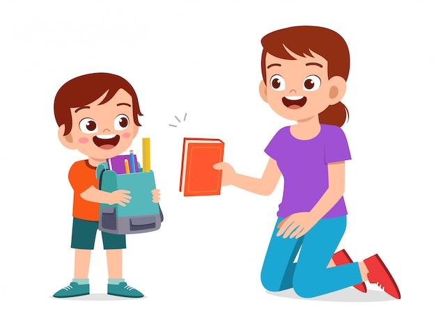 Feliz garoto garoto bonitinho preparar ir para a escola com a mãe