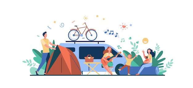Feliz grupo de turistas acampando na natureza