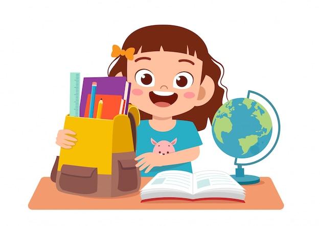 Feliz linda garota estudando na mesa bonita