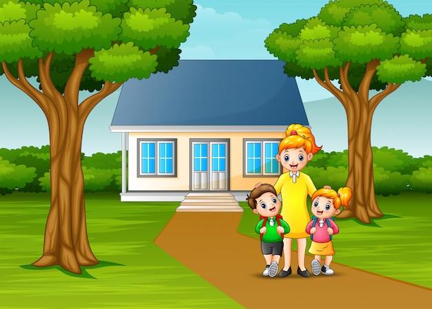 Feliz mãe com filhos em frente ao quintal da casa
