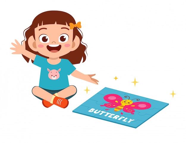 Feliz menina criança bonitinha jogar quebra-cabeça