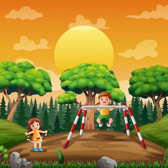 Feliz menina e menino fazendo exercício no parque