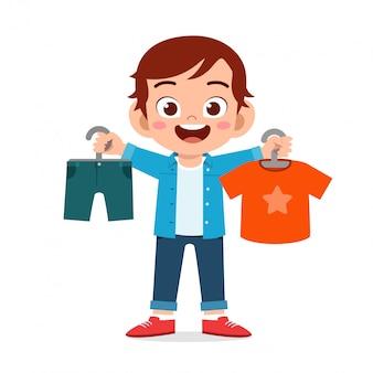 Feliz menino bonitinho escolher roupas