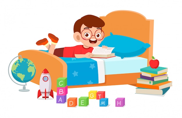 Feliz menino criança bonitinha lendo no quarto