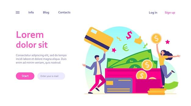 Feliz minúsculo homem e mulher com modelo de web grande carteira aberta. jovem isolado segurando um cartão de plástico e uma garota com moedas