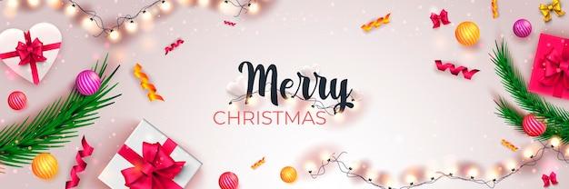 Feliz natal 2022 banner fundo branco com presentes de pinho brilhantes bolas de guirlandas