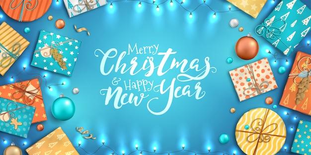 Feliz natal e feliz ano novo fundo com enfeites coloridos, caixas de presente e guirlandas