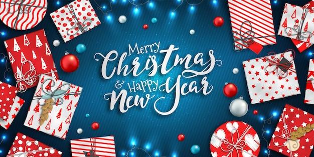 Feliz natal e feliz ano novo fundo com enfeites coloridos, caixas de presente vermelhas e azuis e guirlandas