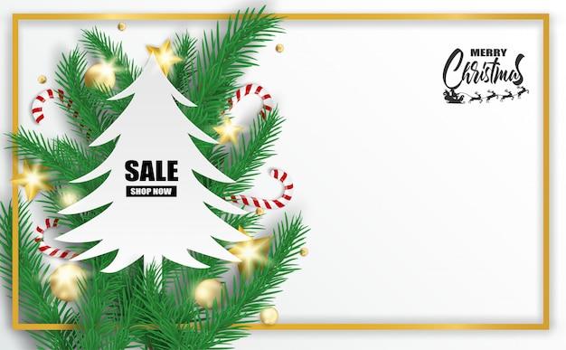 Feliz natal. projete com árvore de natal, bolas e bastões de doces no fundo branco.