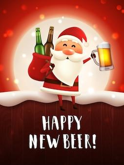 Feliz novo cartão de cerveja com papai noel segurando uma caneca de cerveja artesanal e um saco com garrafas de cerveja.