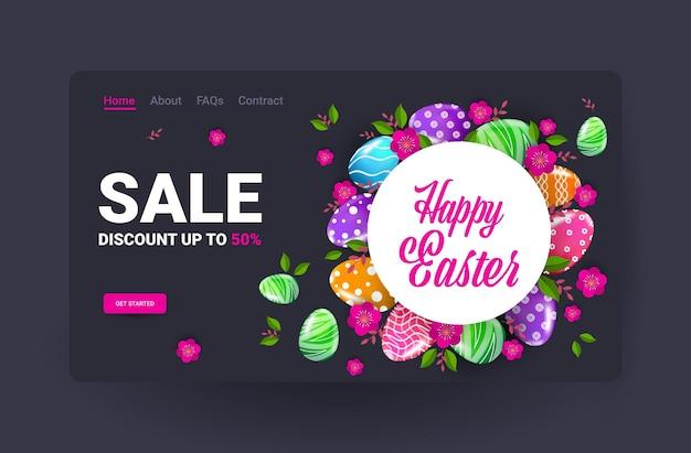 Feliz páscoa feriado celebração venda banner flyer ou cartão com ovos decorativos e ilustração horizontal de flores