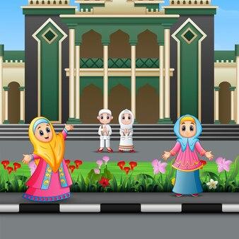 Feliz povo muçulmano dos desenhos animados na frente de uma mesquita