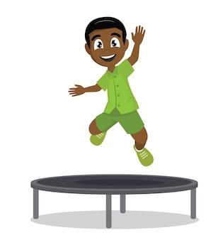 Feliz rapaz africano pulando no trampolim.