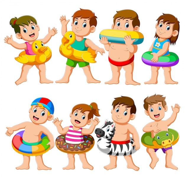 Feliz relaxe a festa da piscina das crianças do feriado usando flutuadores infláveis
