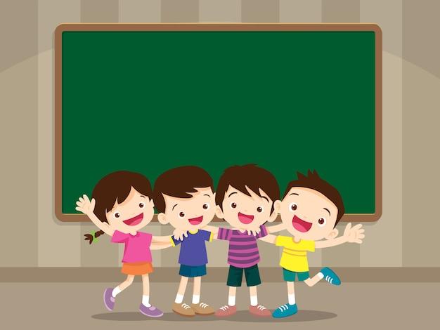 Feliz sorridente aluno abraçando amigos