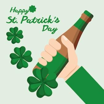 Feliz st patricks dia mão segurando garrafa cerveja trevo