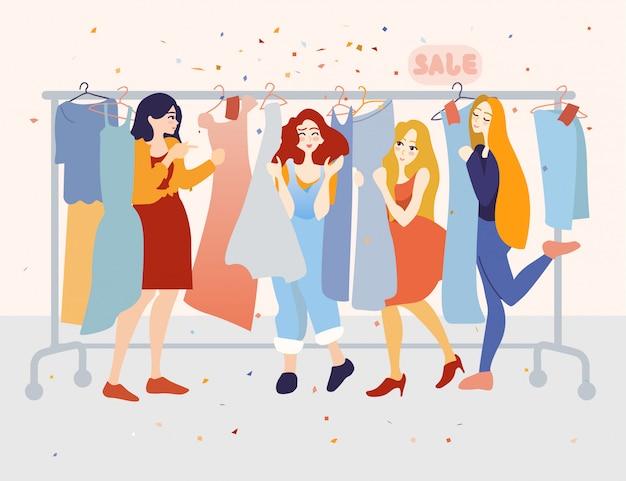 Felizes clientes do sexo feminino escolhendo vestidos na loja de roupas.