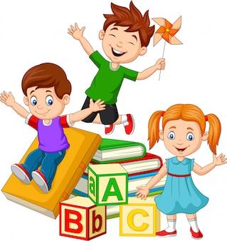 Felizes crianças em idade escolar com blocos de alfabeto