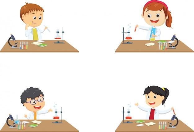 Felizes estudantes pouco na aula de química em experimento de laboratório