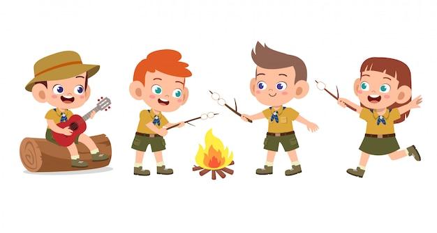 Felizes filhos bonitos no conjunto de acampamento