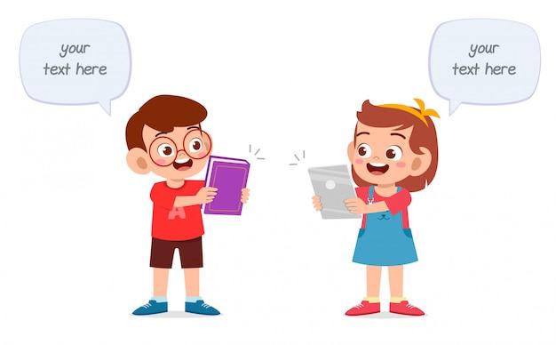 Felizes lindos filhos menino e menina estudam juntos