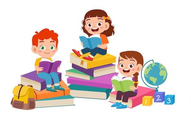 Felizes lindos filhos menino e menina ler livro juntos