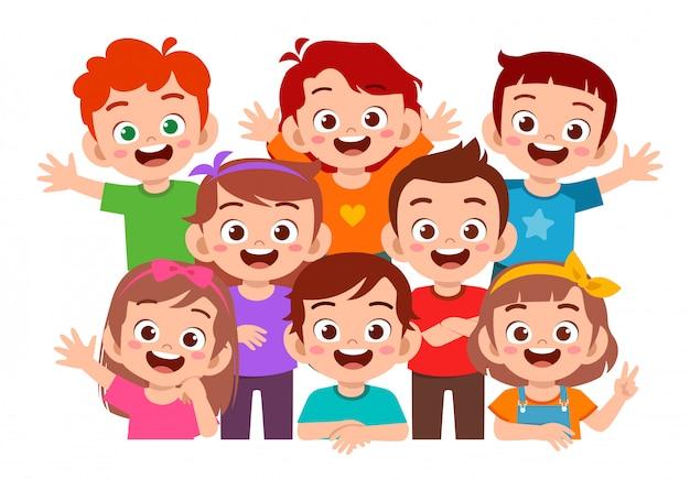 Felizes lindos filhos menino e menina sorriam juntos