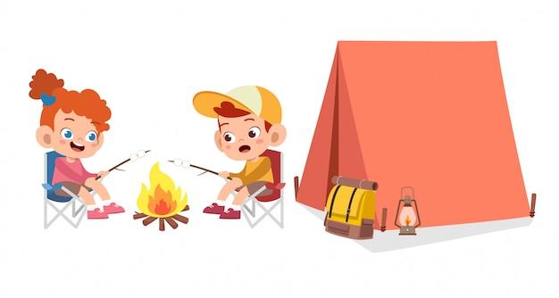 Felizes lindos filhos no acampamento