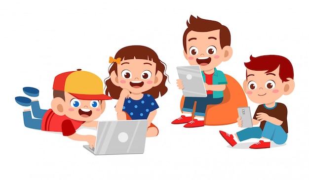 Felizes lindos filhos usando tablet