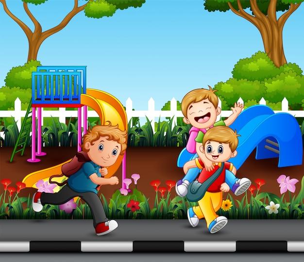 Felizes meninos correndo no parque da cidade