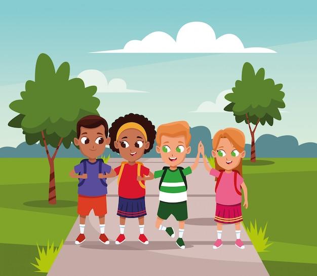 Felizes meninos e meninas caminhando no parque