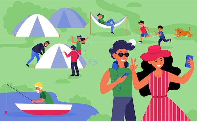 Felizes turistas acampando