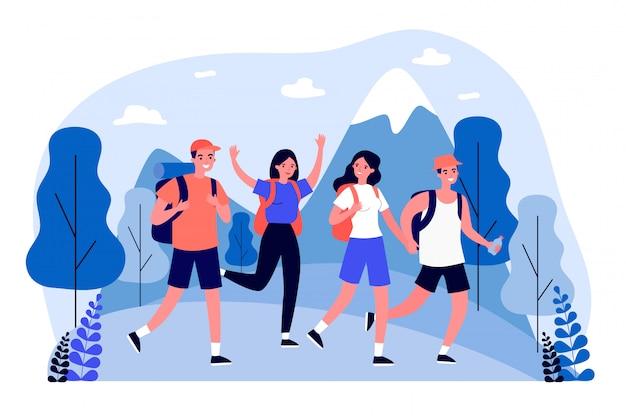 Felizes turistas praticando caminhadas na montanha