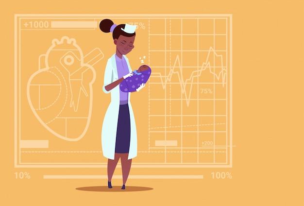 Fêmea, doutor, mantenha, recém-nascido, menino bebê, maternidade, clínicas, americano africano, trabalhador, hospitalar