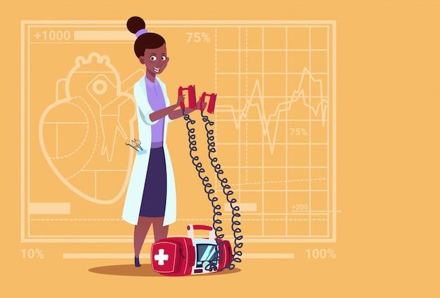 Femininas, doutor, segura, desfibrilador, clínicas médicas, americano africano, trabalhador, reanimation, hospitalar