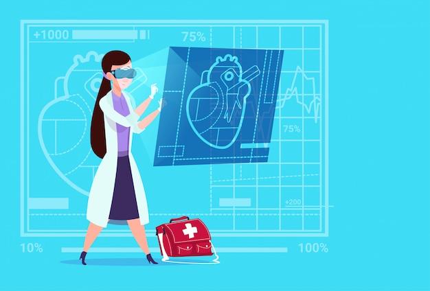 Feminino médico cardiologista examinando coração digital desgaste virtual realidade óculos médico clínicas trabalhador hospital