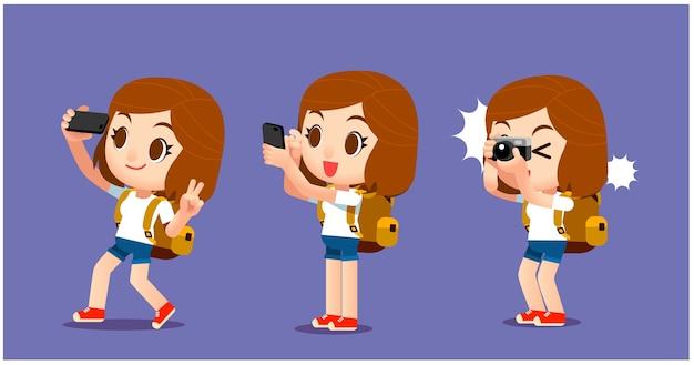 Feminino viajante tirando foto com diferentes dispositivos