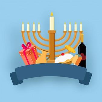 Feriado judaico hanukkah com menorah (candelabro tradicional), donut e dreidel de madeira (spinning top).