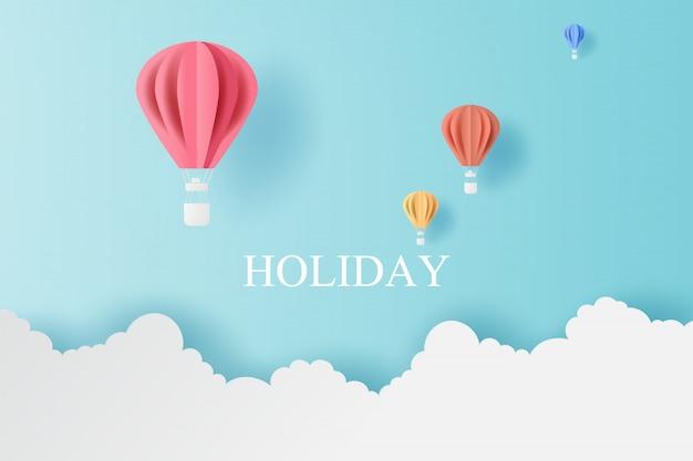 Férias de balões coloridos voam com nuvem no céu azul.