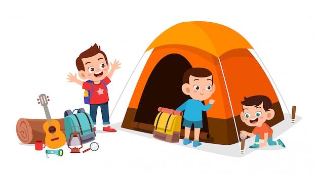Férias de verão acampamento feliz filhos bonitos ao ar livre