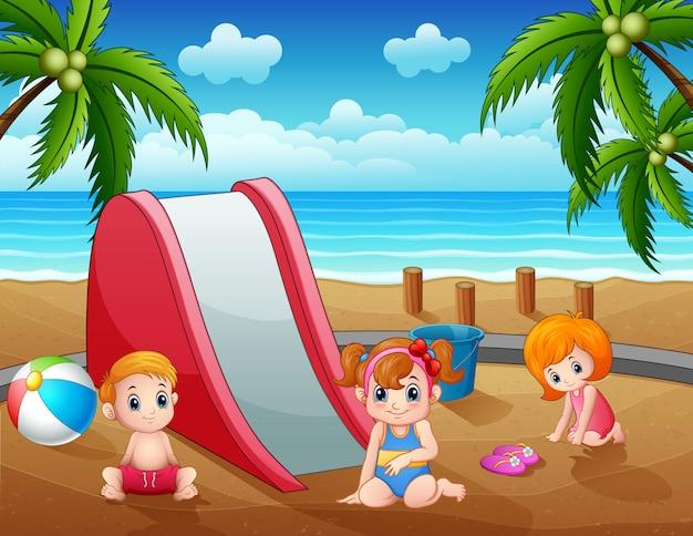Férias de verão as crianças desfrutando na praia