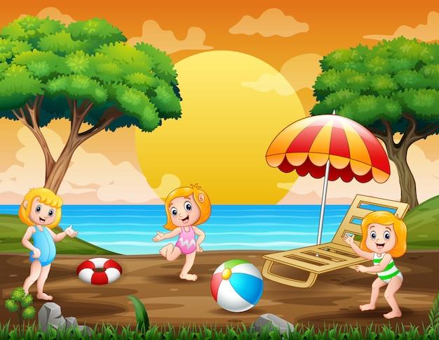 Férias de verão com crianças brincando na beira-mar