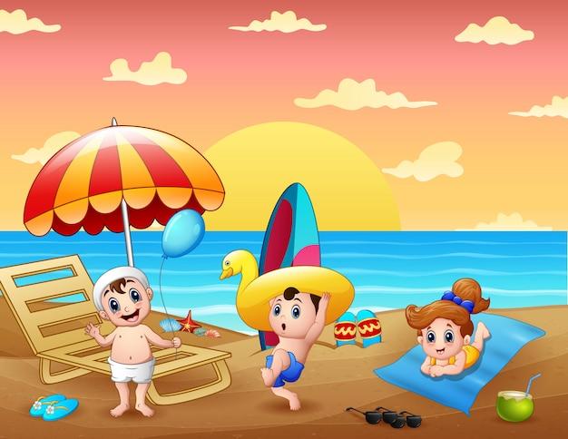 Férias de verão com crianças se divertindo na praia