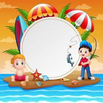 Férias de verão com meninos e sinal em branco