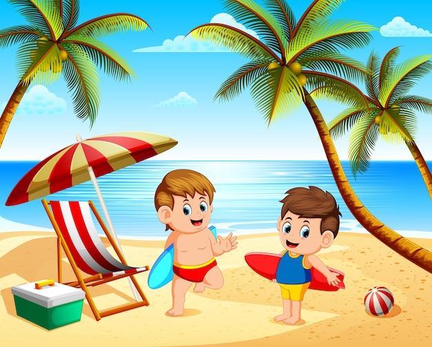 Férias de verão crianças brincando na praia e segurando a prancha de surf