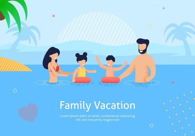 Férias de verão da família que nadam no mar perto das palmas.