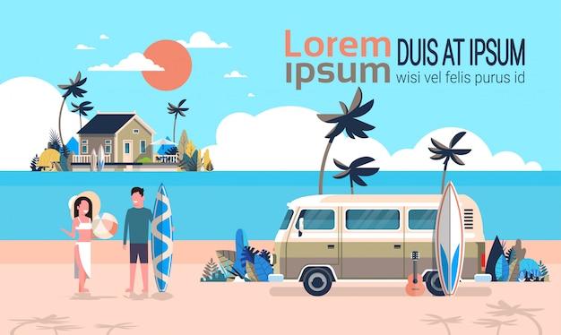 Férias de verão homem mulher surf ônibus nascer do sol praia tropical retrô surf vintage villa ilha