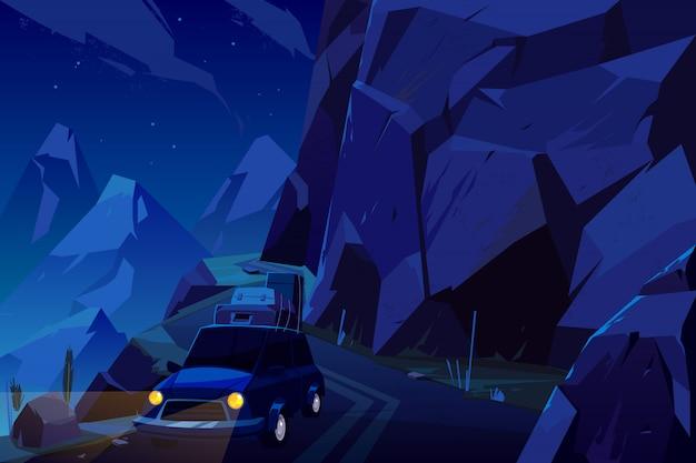 Férias viajam de carro carregado com sacos de bagagem no telhado, indo na estrada serpentina alta nas montanhas durante a noite.